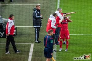 Neuer Trainer, alte Spieler: Auch Köpfe zusammenstecken half gegen Dortmund nichts. Bild © VfB-Bilder.de