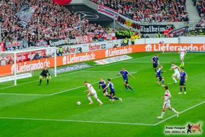 Maxim hat die Auer Abwehr genarrt, gleich knallts. © VfB-Bilder.de