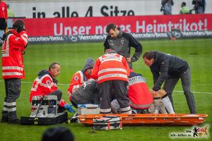 Christian Gentner wird von Mannschaftsärzten und Sanitätern versorgt. Bild: © VfB-Bilder.de