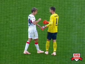 Zieler und Sosa knobeln aus, wer beim 1:1 mehr schlief. Bild: © VfB-Bilder.de