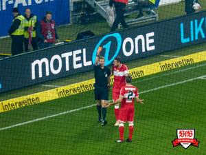 Auch unterirdisch: Der Schiedsrichter. Bild: © VfB-Bilder.de