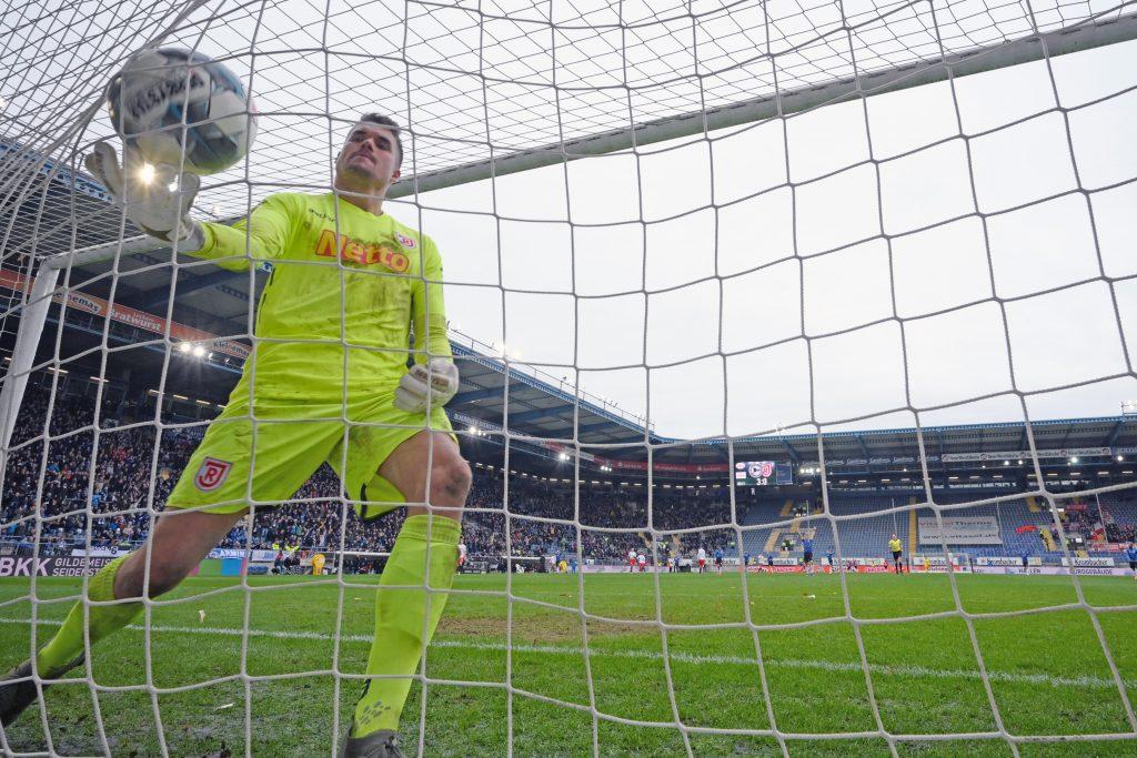 Ex-VfB-Ersatzkeeper Alex Meyer musste gegen Bielefeld sechs Mal hinter sich greifen. © Getty/Bongarts