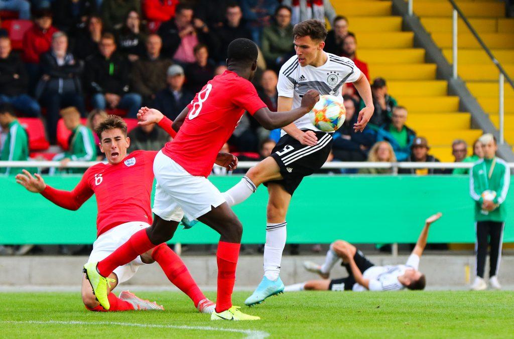 Mola (vorne) für die englische U19 im Spiel gegen Deutschland. Bild: Getty/Bongarts