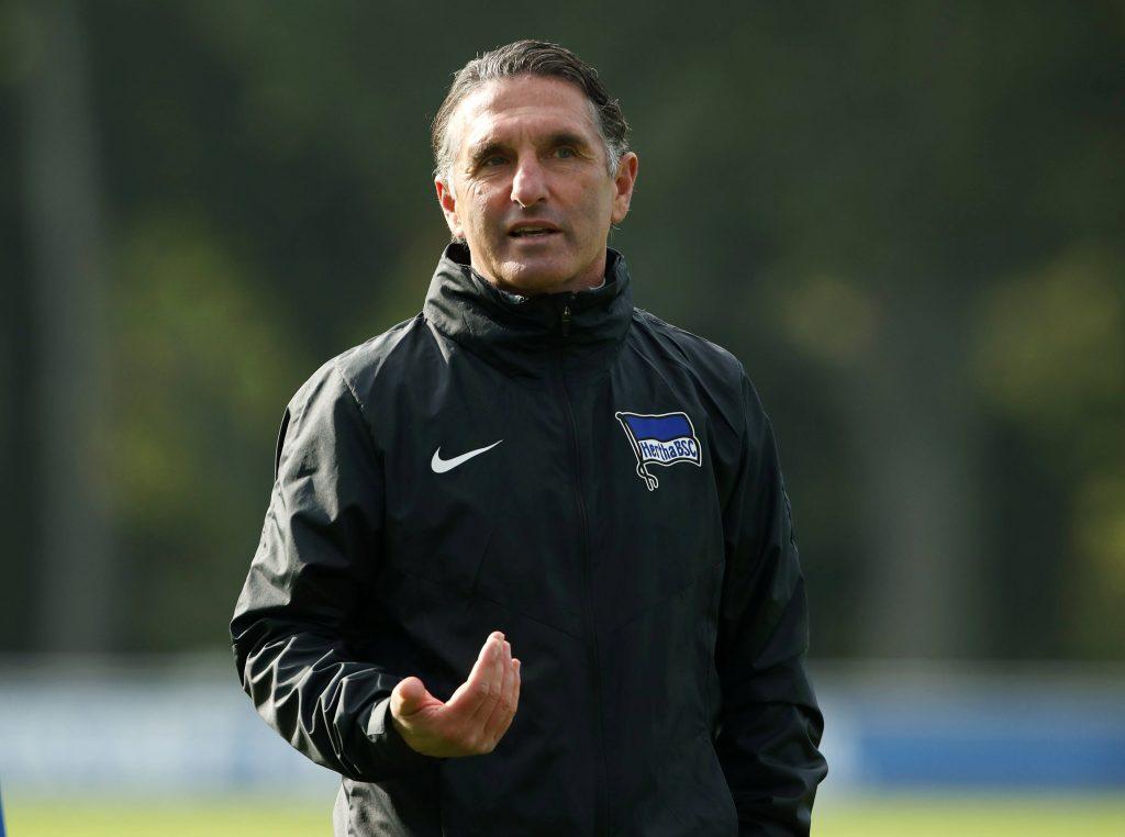 Bruno Labbadia steht nach einer Vier-Trainer-Saison bei der Hertha an der Seitenlinie. Bild: © imago